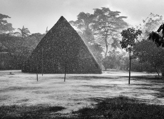 Une pluie intense sur le village de Mati-Këyawaia. Au centre, la hutte de Masempapa. Territoire indigène de la vallée de Javari. État d'Amazonas, Brésil, 1998